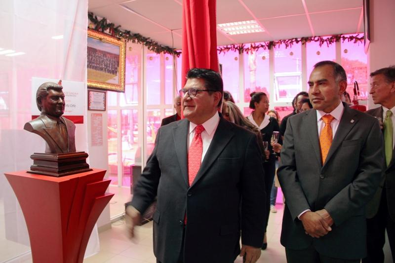 El rector de la UAT, Víctor Job Paredes entregó a Héctor Ortiz, ex gobernador de Tlaxcala, un reconocimiento como fundador de la Facultad de Diseño, Arte y Arquitectura de esta casa de estudios