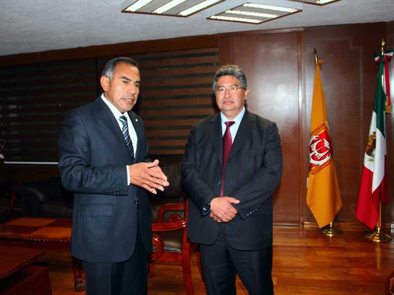 Víctor Job Paredes Cuahquentzi --a la izquierda--con el nuevo rector de la UAT, Rubén Reyes Córdoba